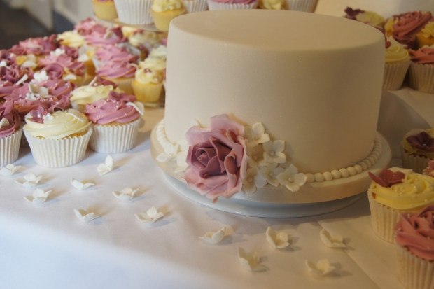 160-dusky-pink-wedding-cupcakes-and-elegant-10-inch-cake (12)