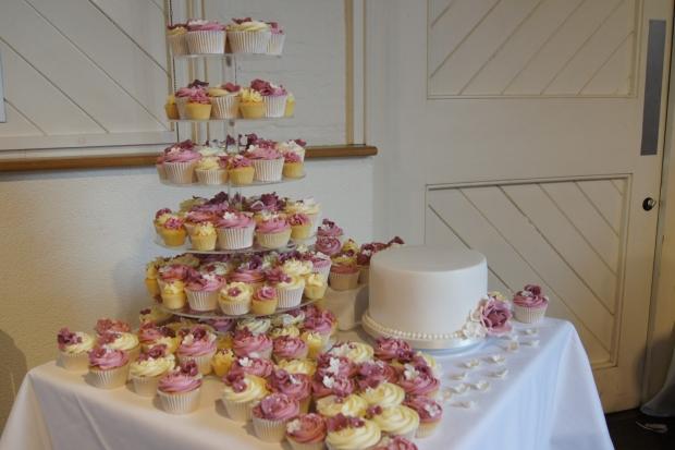 160-dusky-pink-wedding-cupcakes-and-elegant-10-inch-cake (13)