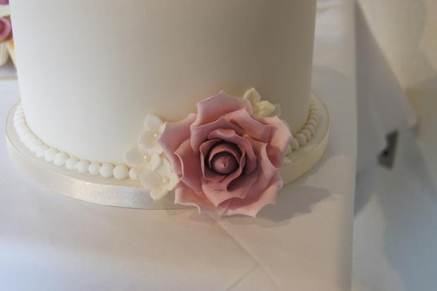 160-dusky-pink-wedding-cupcakes-and-elegant-10-inch-cake (5)