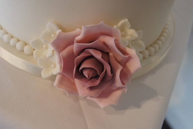 160-dusky-pink-wedding-cupcakes-and-elegant-10-inch-cake (6)