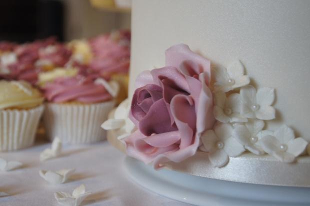 160-dusky-pink-wedding-cupcakes-and-elegant-10-inch-cake