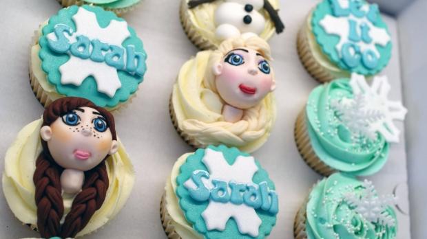disneys-frozen-cupcakes-elsa-anna-olaf-cupcakes (1)