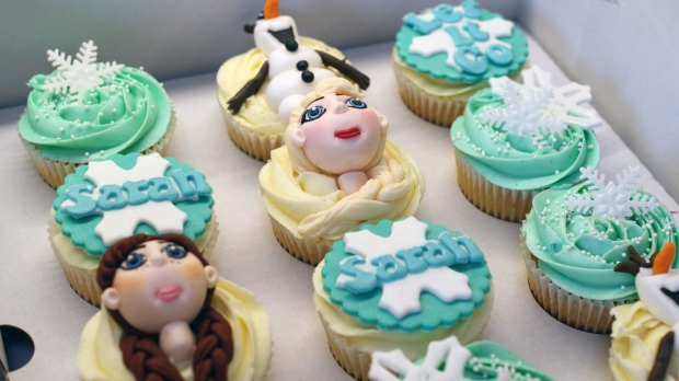 disneys-frozen-cupcakes-elsa-anna-olaf-cupcakes (2)