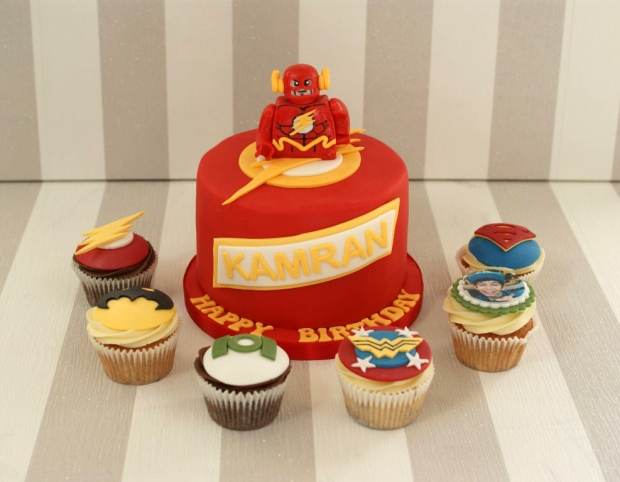 flash-gordon-and-marvel-avengers-cupcakes-and-cake (2)