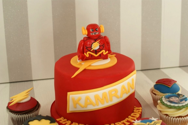 flash-gordon-and-marvel-avengers-cupcakes-and-cake (3)