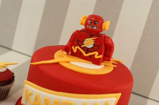 flash-gordon-and-marvel-avengers-cupcakes-and-cake (4)