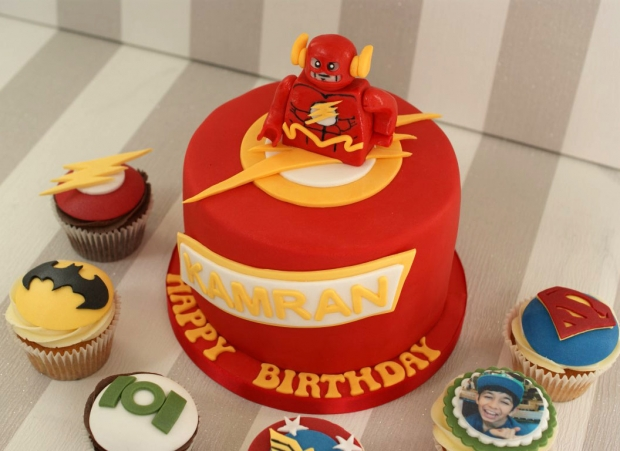 flash-gordon-and-marvel-avengers-cupcakes-and-cake (5)