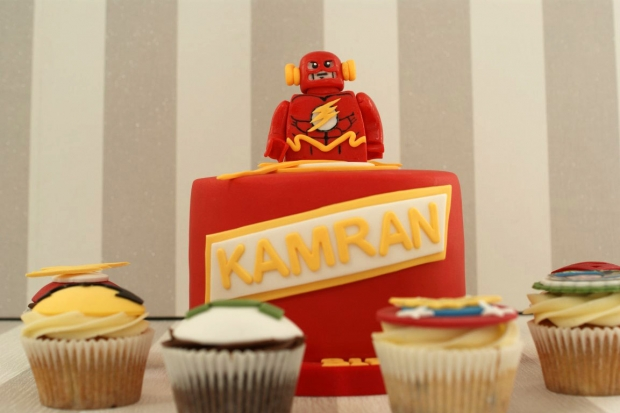 flash-gordon-and-marvel-avengers-cupcakes-and-cake (6)