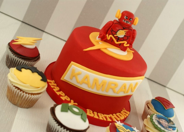flash-gordon-and-marvel-avengers-cupcakes-and-cake (7)