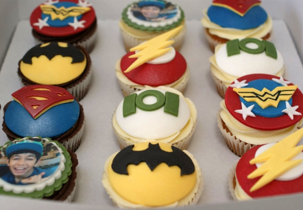 flash-gordon-and-marvel-avengers-cupcakes-and-cake (8)