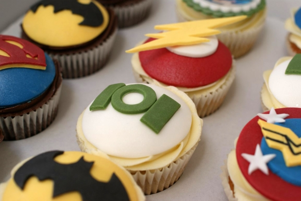 flash-gordon-and-marvel-avengers-cupcakes-and-cake (9)