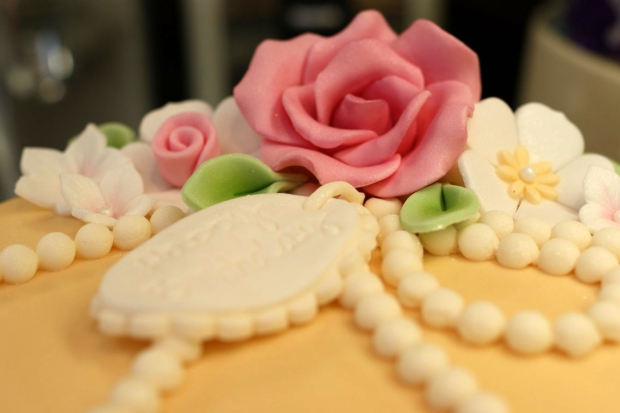 vintage-pearl-and-lace-birthday-cake (1)