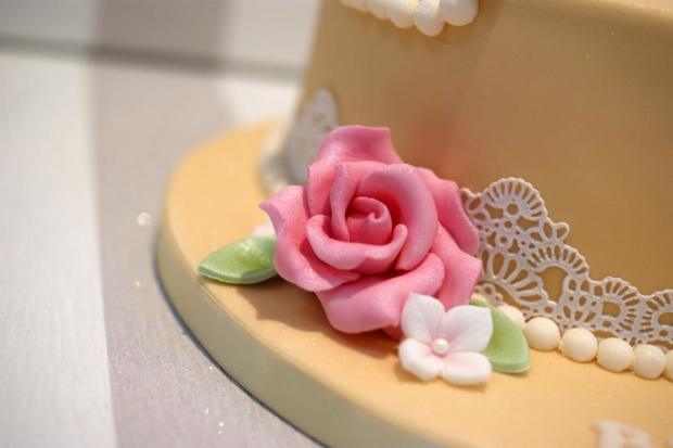vintage-pearl-and-lace-birthday-cake (2)
