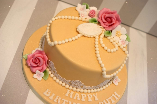 vintage-pearl-and-lace-birthday-cake (5)