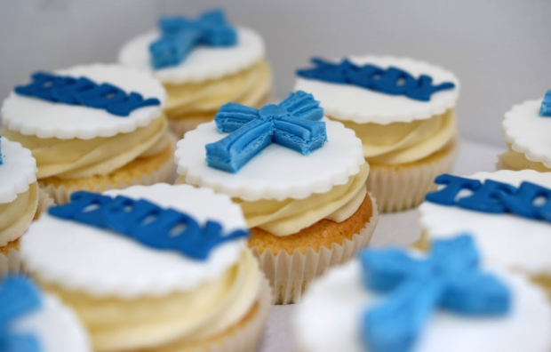 holy-communion-cake-and-cupcakes (1)