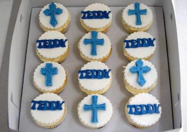 holy-communion-cake-and-cupcakes (7)