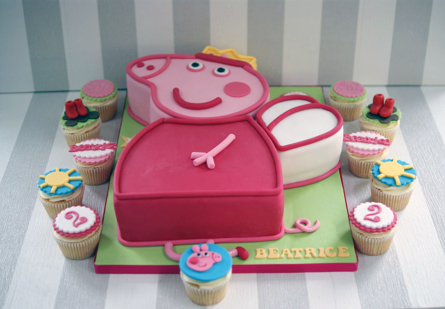 Magnificent Peppa Pig 2Nd Birthday Cake With Cupcakes Bakealous Funny Birthday Cards Online Overcheapnameinfo