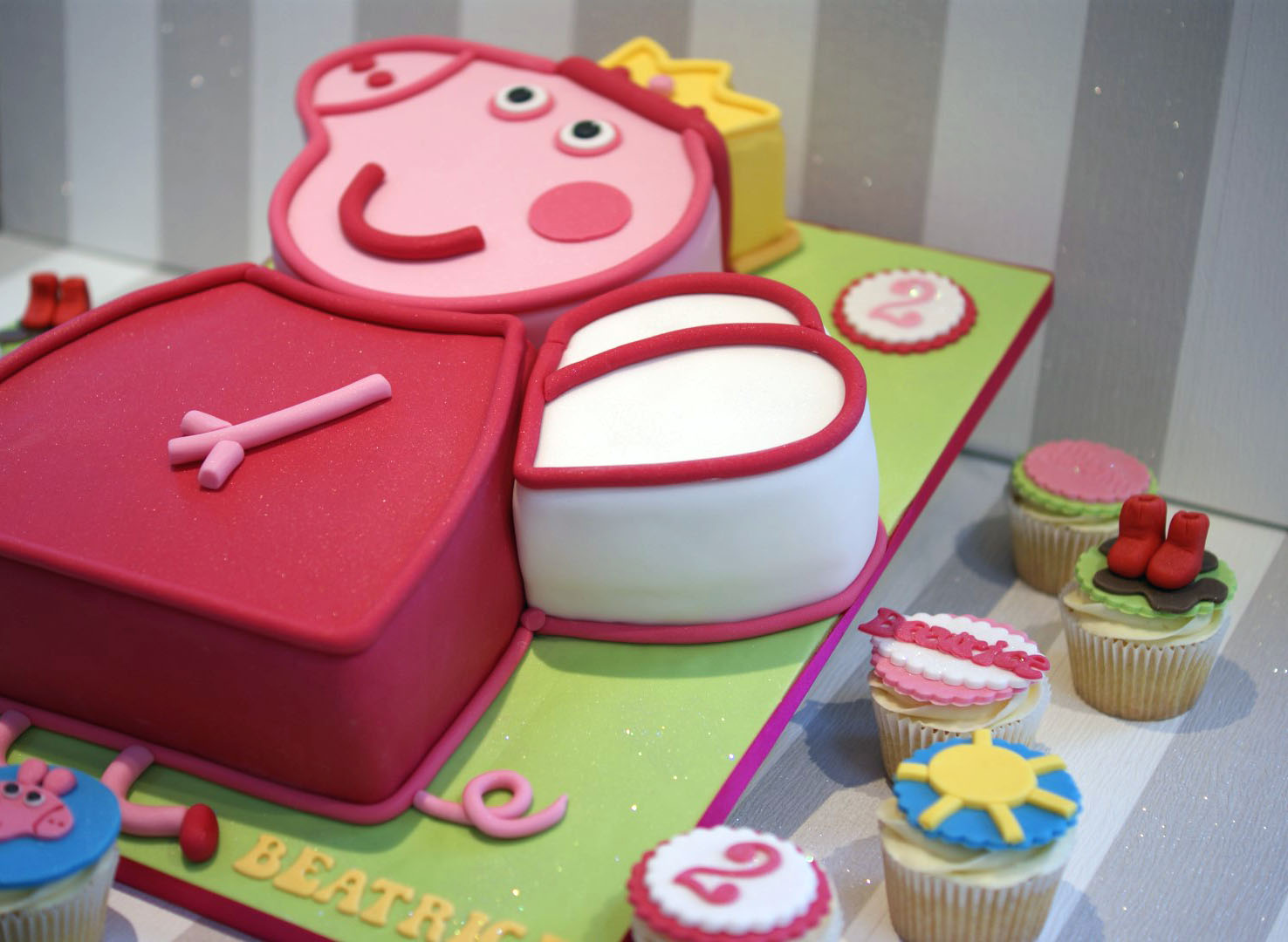 Groovy Peppa Pig 2Nd Birthday Cake With Cupcakes Bakealous Personalised Birthday Cards Paralily Jamesorg
