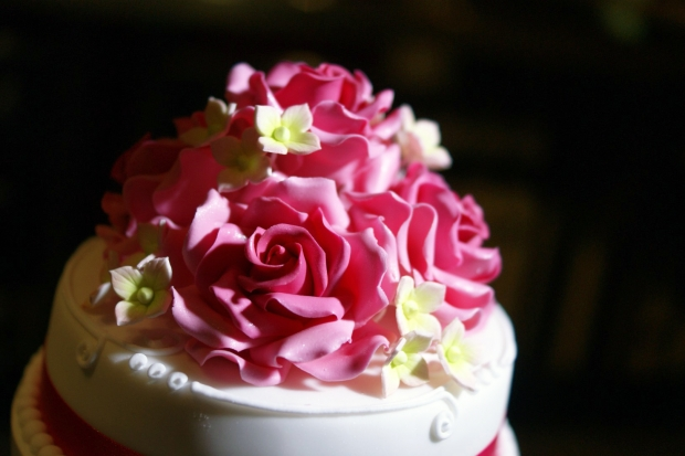 rose-cluster-tiered-wedding-cake-with-pillars (1)