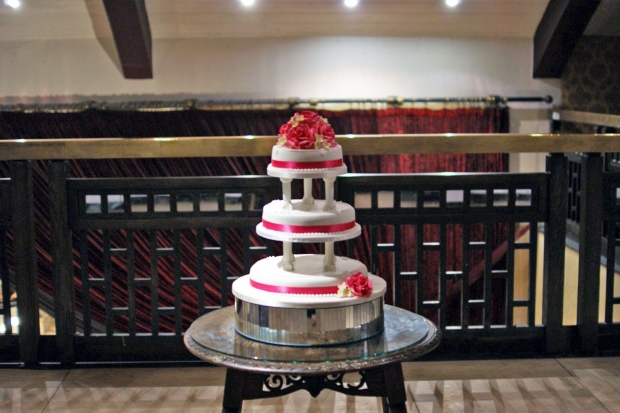 rose-cluster-tiered-wedding-cake-with-pillars (4)