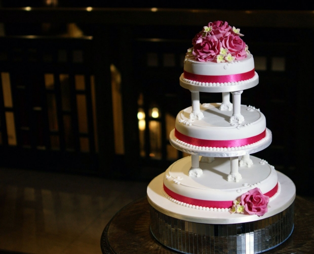 rose-cluster-tiered-wedding-cake-with-pillars (5)