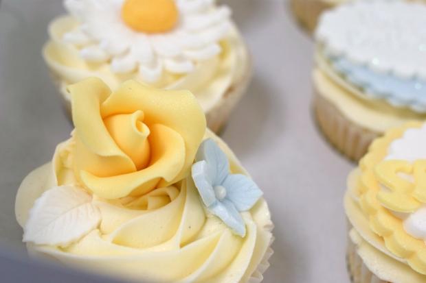 vintage-tea-pot-50th-birthday-cake-and-cupcakes (10)