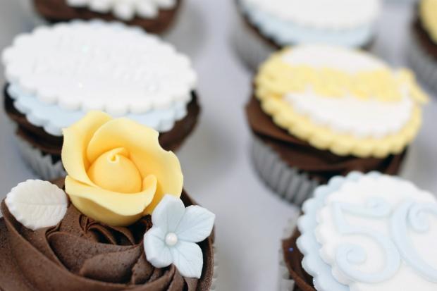 vintage-tea-pot-50th-birthday-cake-and-cupcakes (12)