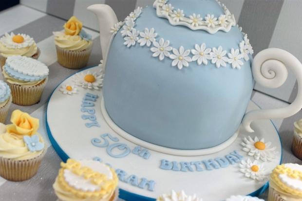 vintage-tea-pot-50th-birthday-cake-and-cupcakes (4)