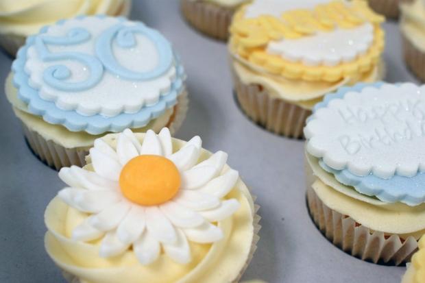 vintage-tea-pot-50th-birthday-cake-and-cupcakes (9)