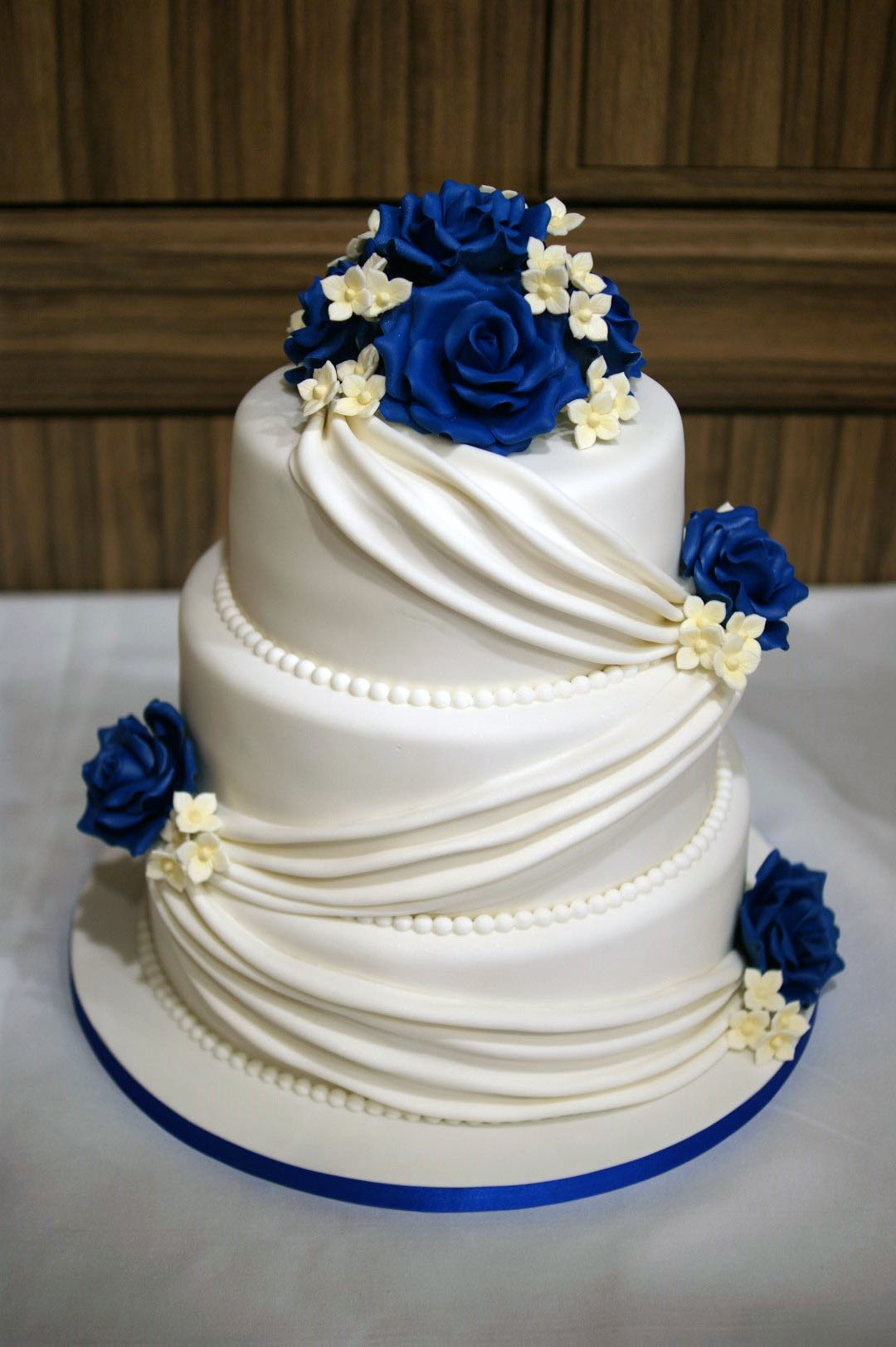 pictures of 3 tier wedding cakes 3 tier wedding cake drapes and roses with cupcake tower 10 jpg 18380