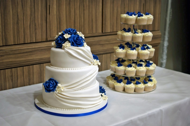 3-tier-wedding-cake-drapes-and-roses-with-cupcake-tower (2)