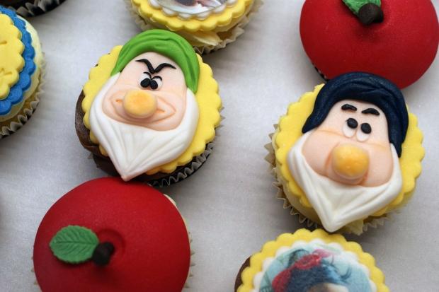 snowwhite-themed-disney-cupcakes (1)