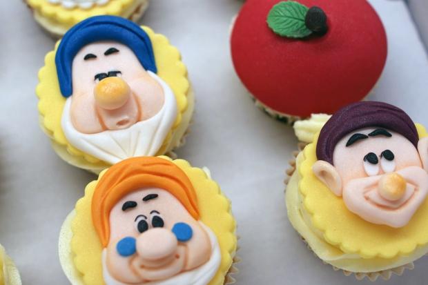 snowwhite-themed-disney-cupcakes (3)