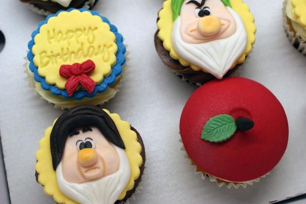 snowwhite-themed-disney-cupcakes (4)