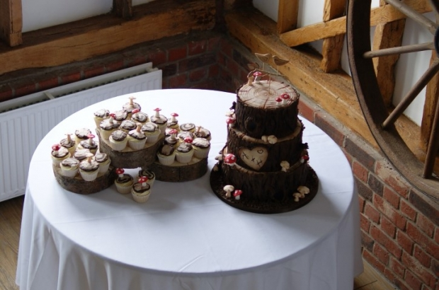 woodland-theme-wedding-cake-tree-stump-with-cupcakes (1)