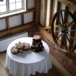 woodland-theme-wedding-cake-tree-stump-with-cupcakes (2)