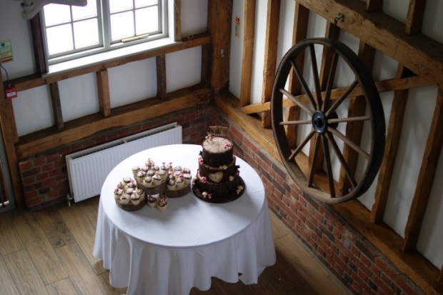 woodland-theme-wedding-cake-tree-stump-with-cupcakes (2)