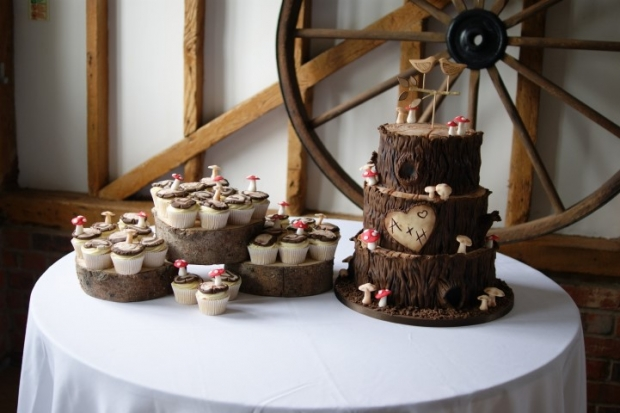 woodland-theme-wedding-cake-tree-stump-with-cupcakes (3)