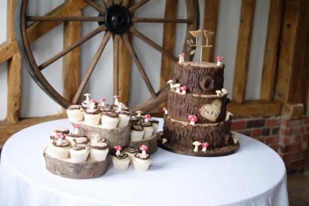 woodland-theme-wedding-cake-tree-stump-with-cupcakes (4)