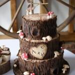 woodland-theme-wedding-cake-tree-stump-with-cupcakes (5)