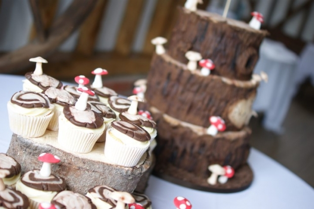 woodland-theme-wedding-cake-tree-stump-with-cupcakes (7)