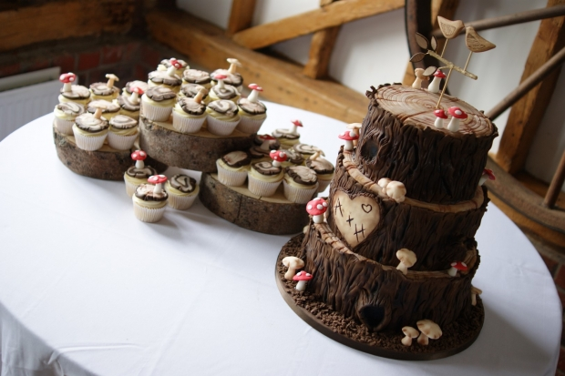 woodland-theme-wedding-cake-tree-stump-with-cupcakes (9)