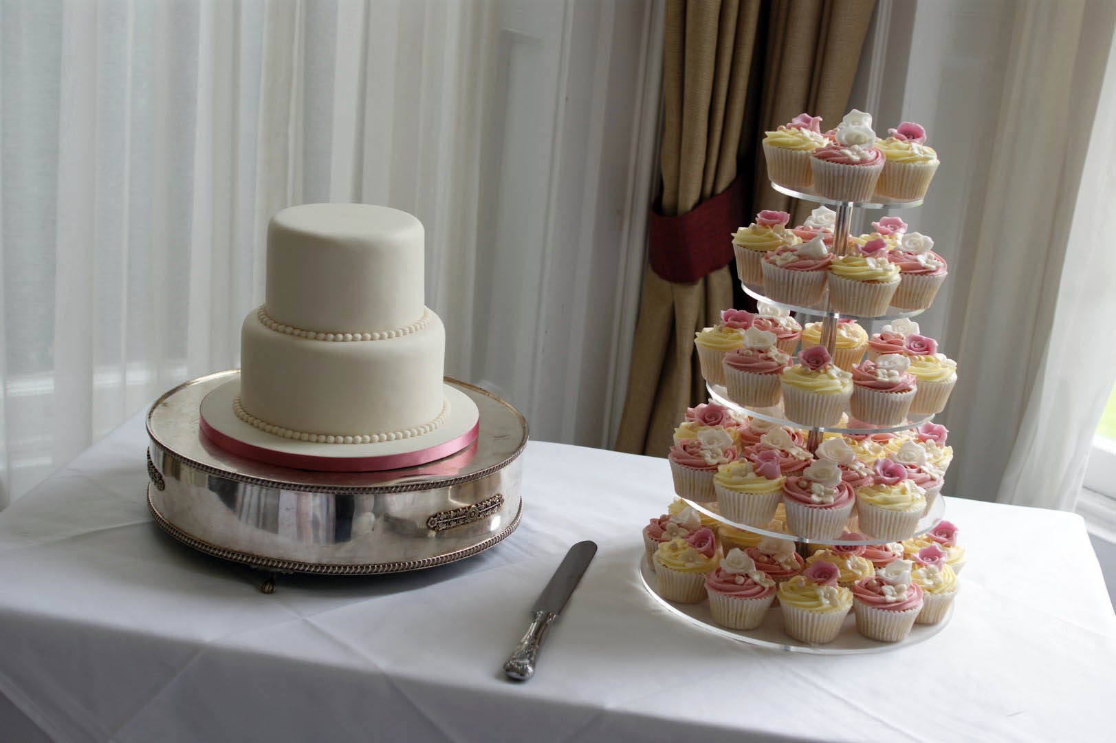 3 tier wedding cakes with cupcakes white floral wedding cake with cupcakes bakealous 10327