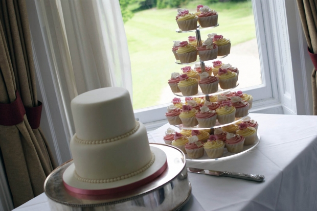 3-tier-wedding-cake-and-cupcake-tower (4)