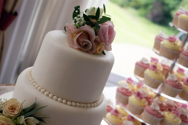 3-tier-wedding-cake-and-cupcake-tower (7)