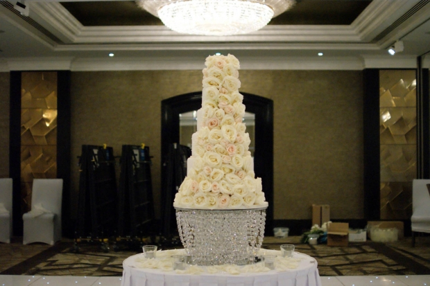 6-tier-wedding-cake-white-iced-fresh-white-roses-31