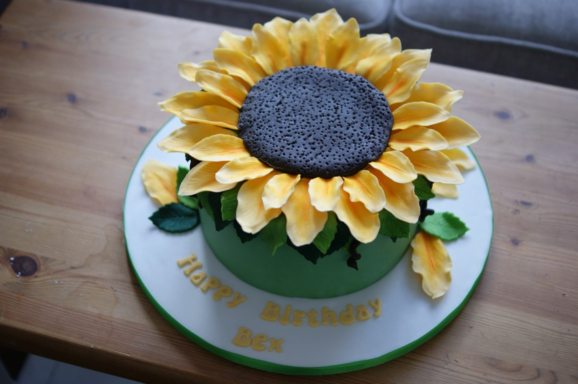 Admirable Giant Sunflower Birthday Cake Bakealous Funny Birthday Cards Online Necthendildamsfinfo